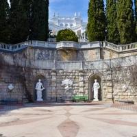 - скульптуры в парке